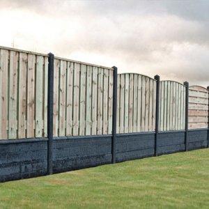 Schutting in Rots Motief Systeembeton hout combinatie en dubbelzijdig beton structuur -